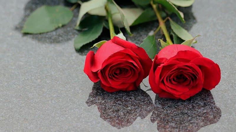Почему на могилу кладут четное количество цветов?