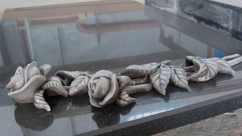 Памятники с декором из цветов и листьев