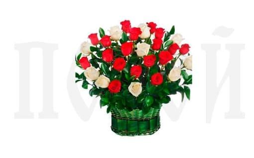 Корзина из живых цветов «Красная и белая роза»